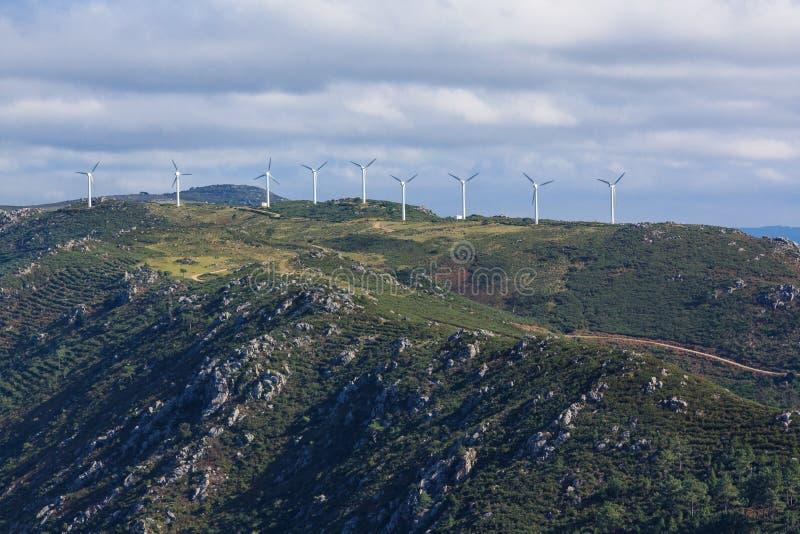 Turbinas de viento en una montaña española fotos de archivo