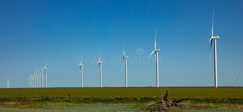 Turbinas de viento, energía renovable en un campo verde, día de primavera Parque eólico, New México, los E.E.U.U. fotos de archivo