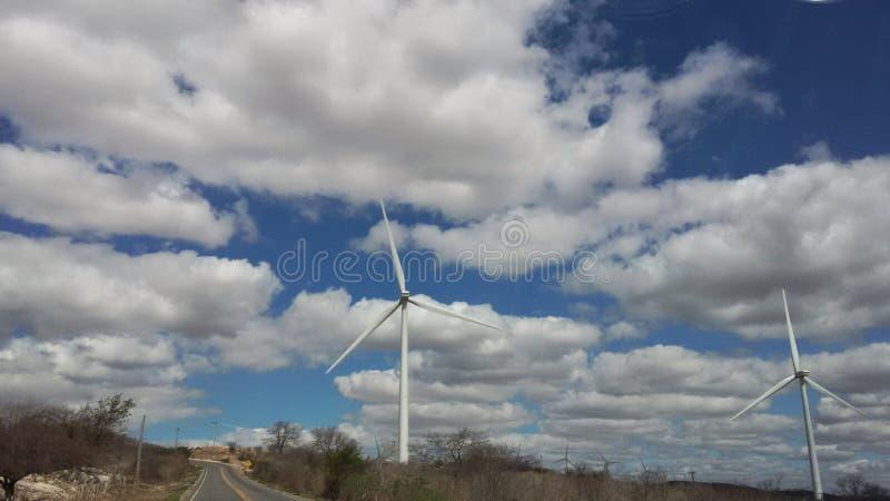 Turbinas de viento grandes en el camino fotografía de archivo