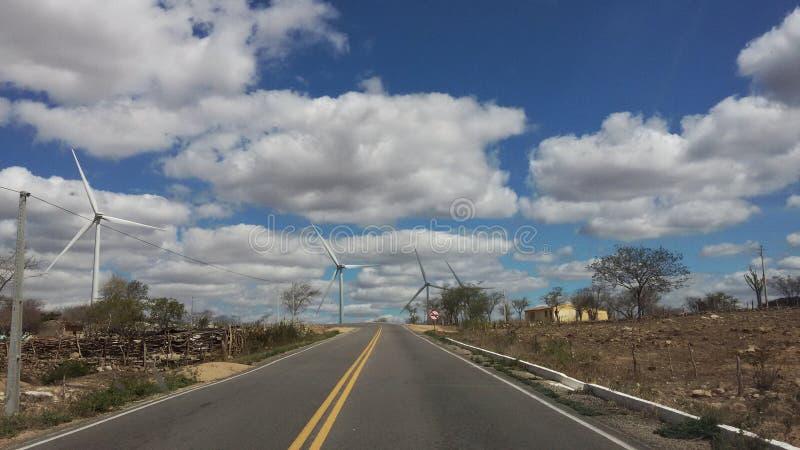 Turbinas de viento grandes en el camino imagen de archivo