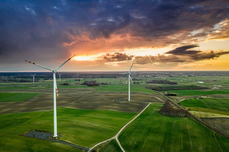 Turbinas de viento maravillosas en la oscuridad, vista aérea de Polonia fotografía de archivo