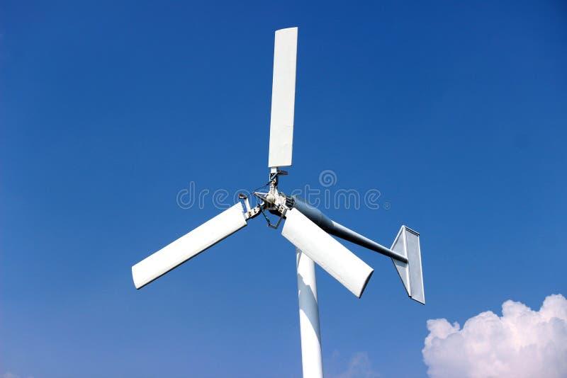 Turbinas de viento que generan electricidad con el cielo azul - concep del ahorro de energía foto de archivo