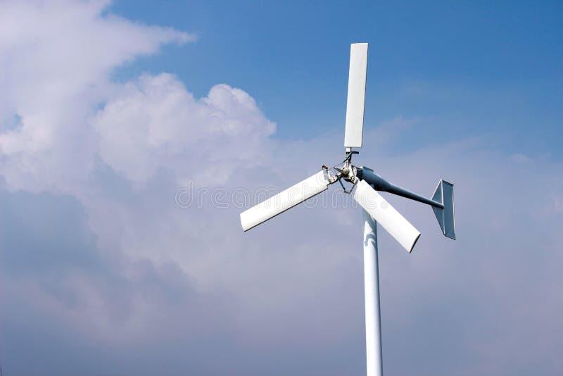 Turbinas de viento que generan electricidad con el cielo azul - concep del ahorro de energía foto de archivo libre de regalías