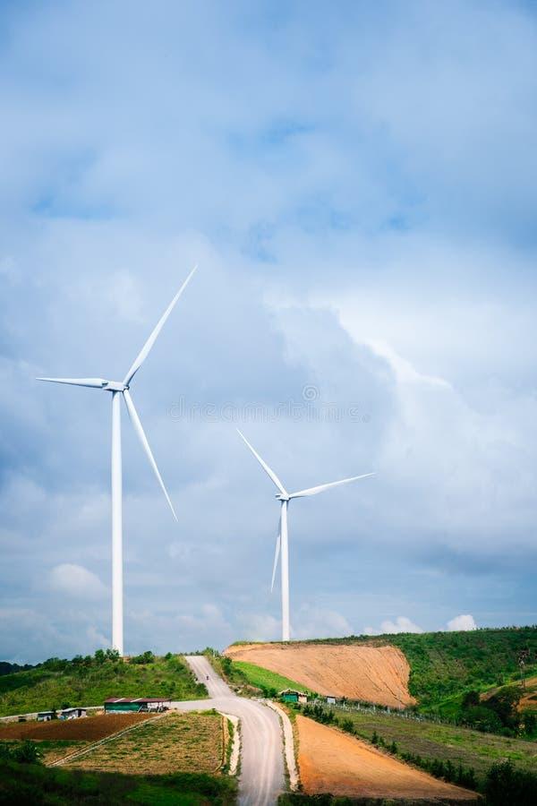 Turbinas de viento que generan electricidad con el cielo azul foto de archivo libre de regalías