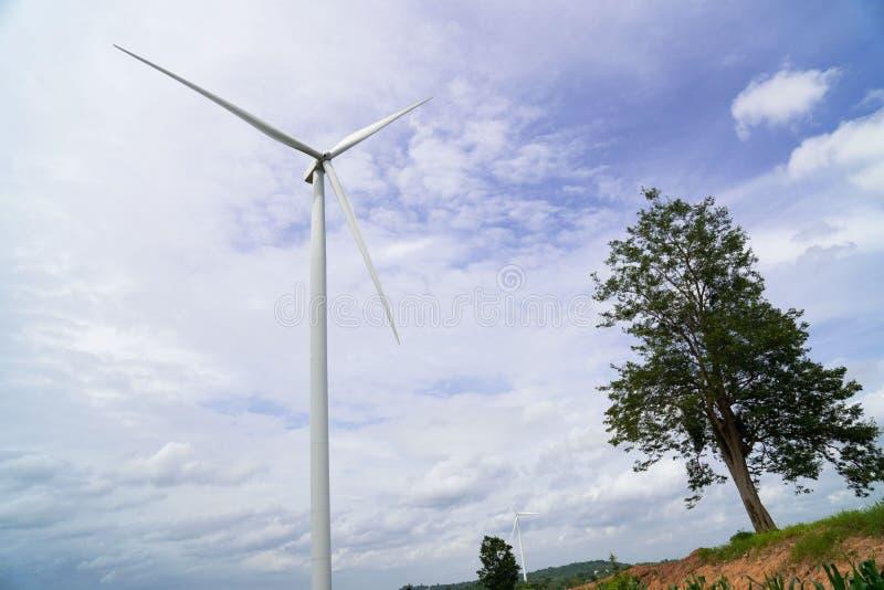 Turbinas de viento que generan electricidad en fondo del cielo azul Potencia de Eco foto de archivo libre de regalías