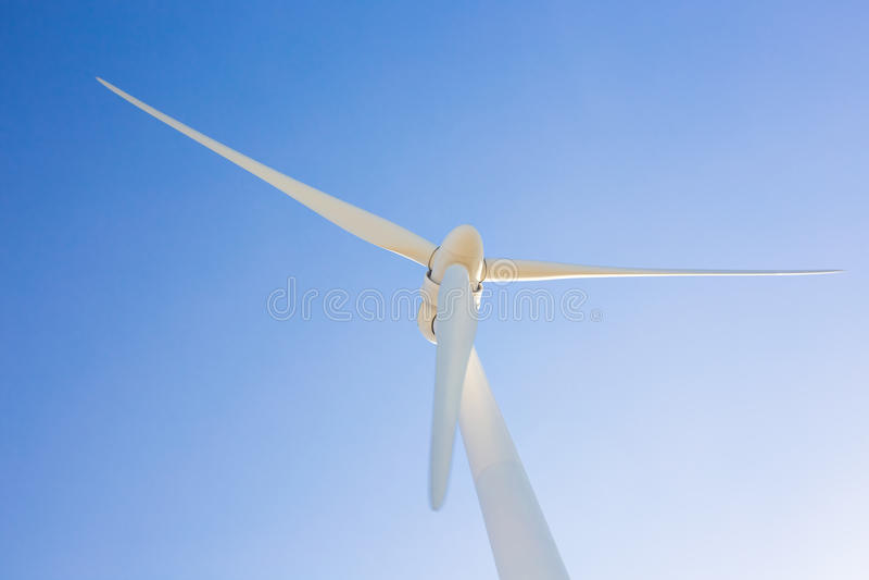 Turbinas de viento que generan la electricidad con el cielo azul - concepto del ahorro de energía fotografía de archivo libre de regalías