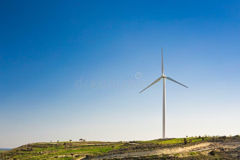Turbinas de viento que generan la electricidad con el cielo azul - concepto del ahorro de energía imágenes de archivo libres de regalías