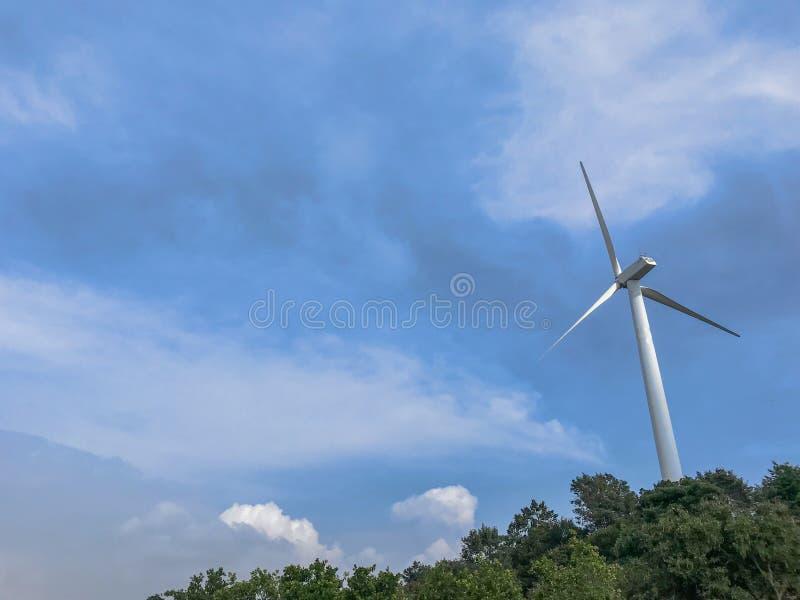 Turbinas de viento que generan la electricidad con el cielo azul, energía Produ imagen de archivo libre de regalías