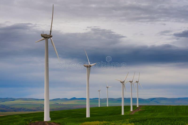 Turbinas de viento temprano en luz temprana del amanecer fotos de archivo libres de regalías