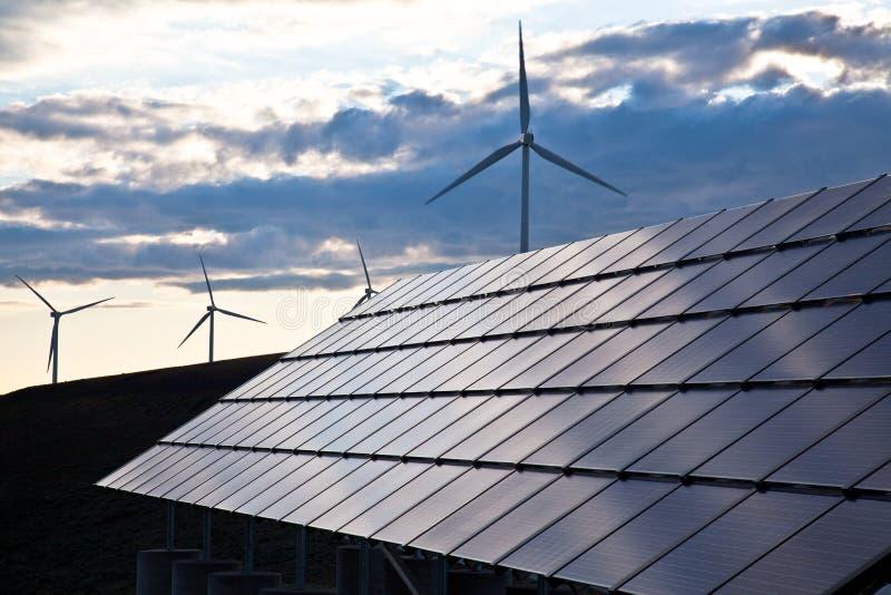 Turbinas de viento y los paneles solares imágenes de archivo libres de regalías
