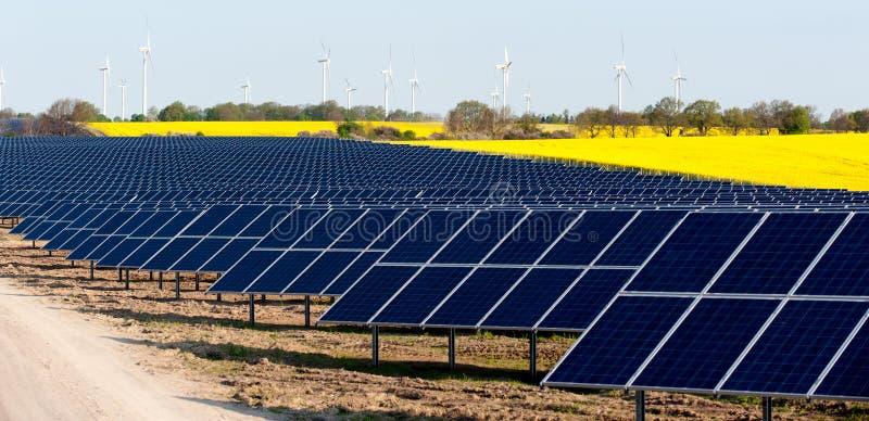 Turbinas de viento y planta fotovoltaica foto de archivo
