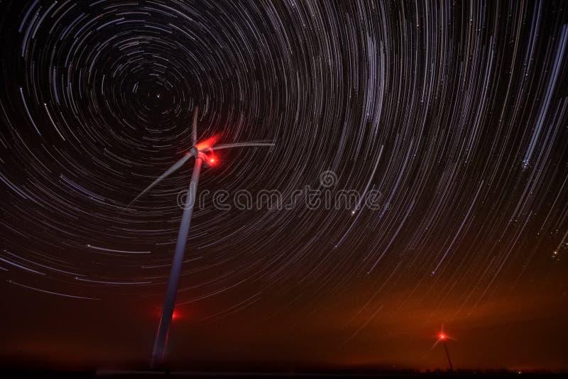 Turbinas eólicas com fugas das estrelas imagem de stock royalty free