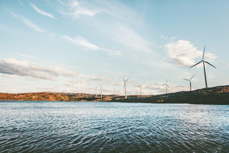 Turbinas eólicas dos moinhos de vento para a produção da energia elétrica fotografia de stock