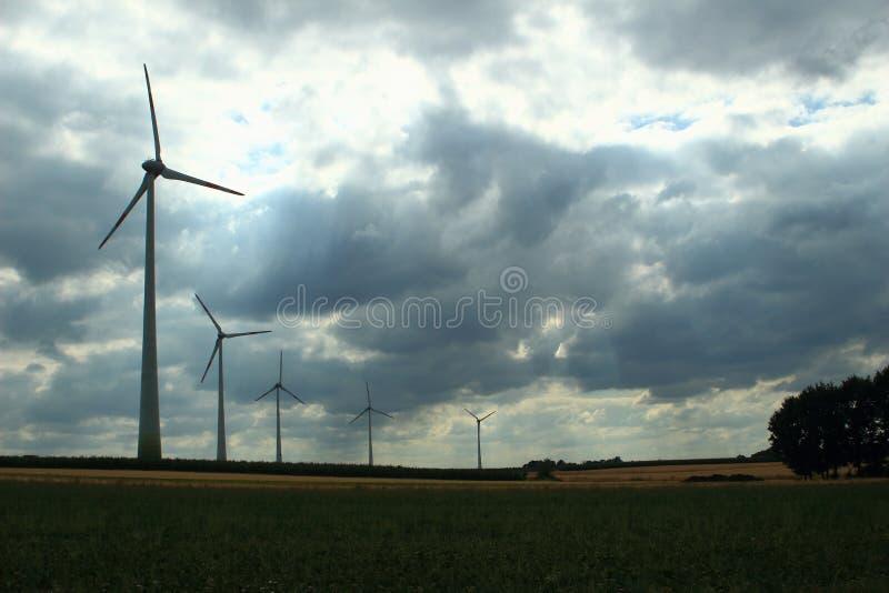 Turbinas eólicas em um céu nublado imagem de stock