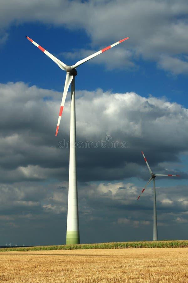 Turbinas eólicas em um céu nublado foto de stock