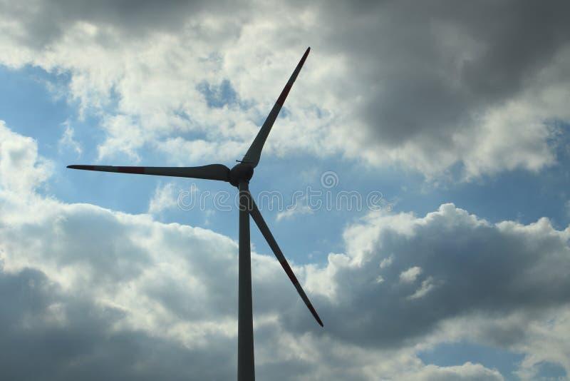 Turbinas eólicas em um céu nublado fotografia de stock
