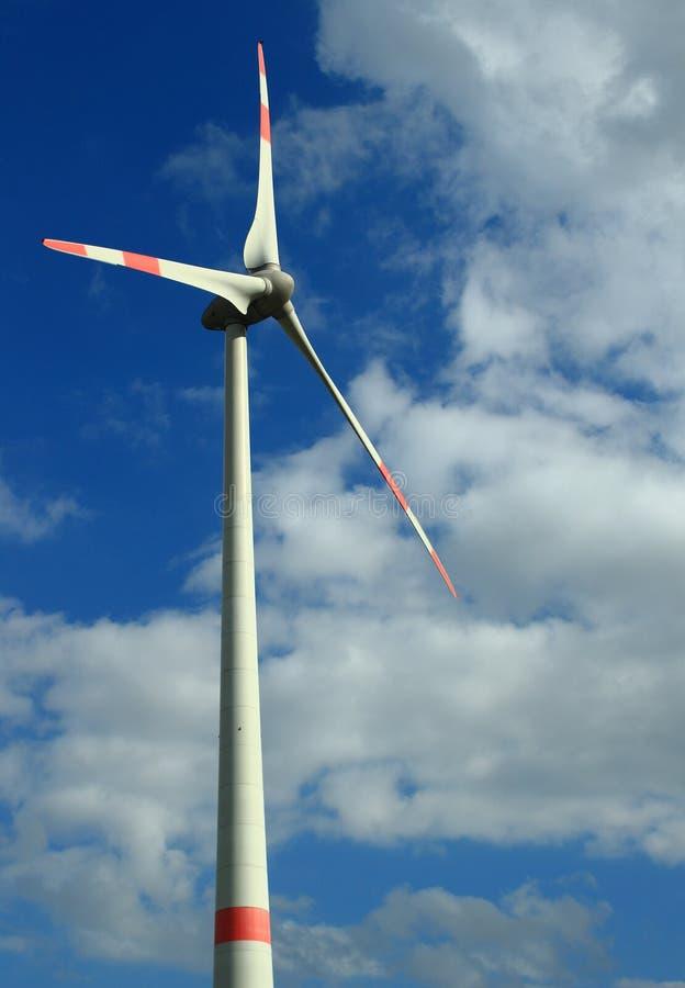 Turbinas eólicas em um céu nublado imagem de stock royalty free