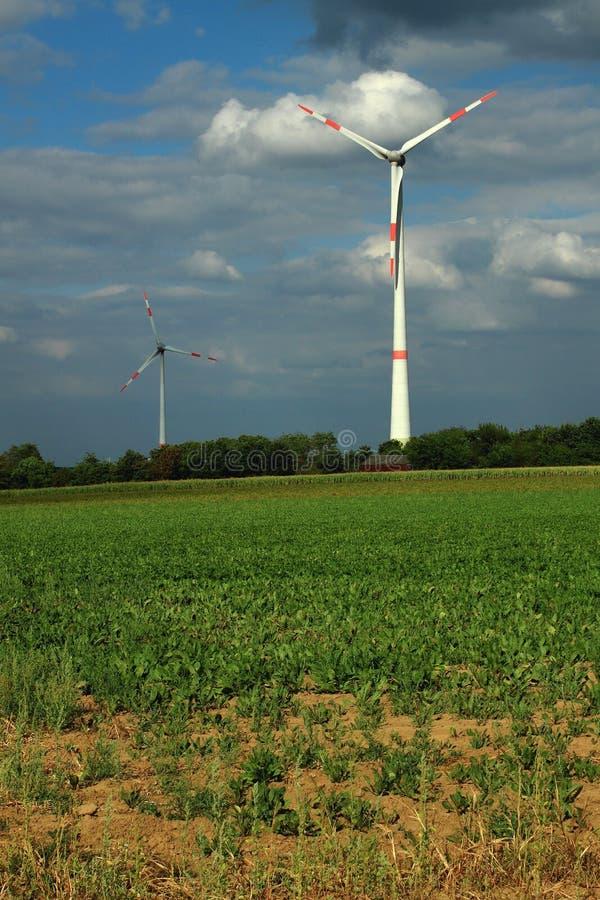 Turbinas eólicas em um céu nublado fotos de stock royalty free