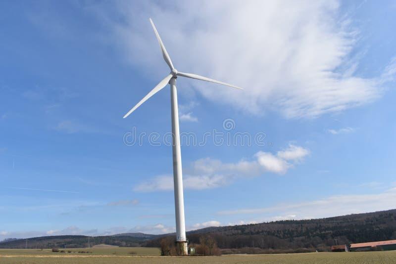 Turbinas eólicas em um dia ensolarado com um céu azul em Kassel, Alemanha fotos de stock