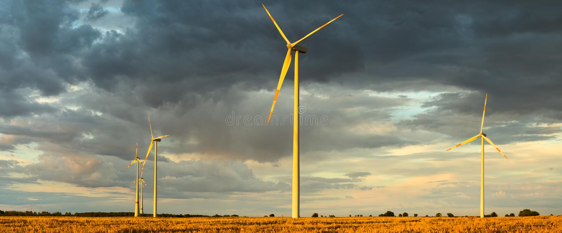 Turbinas eólicas, energia pura, moinhos de vento nos campos imagem de stock royalty free