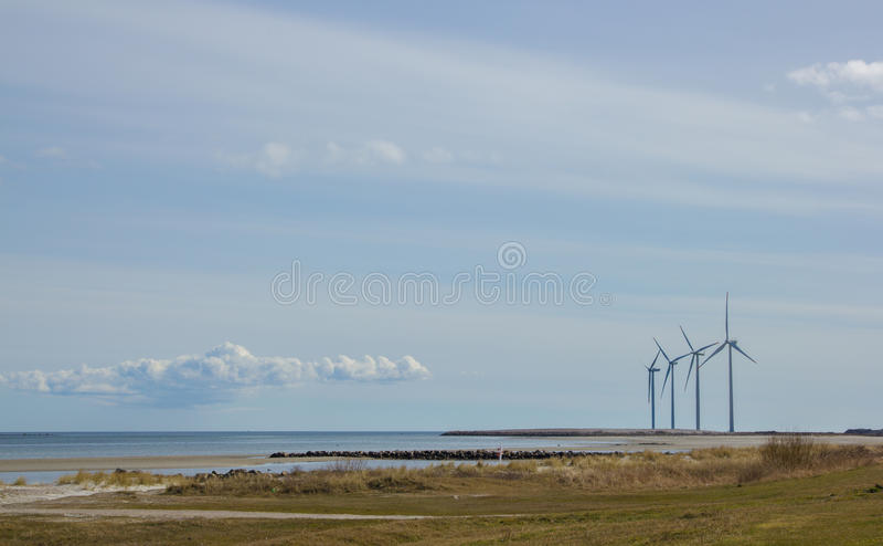 Turbinas eólicas na natureza de Dinamarca fotografia de stock