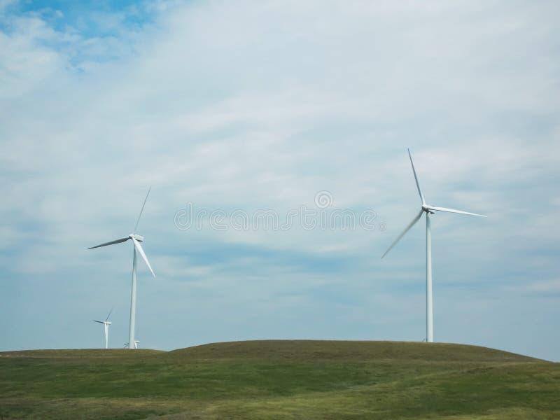 Turbinas eólicas na pradaria imagens de stock