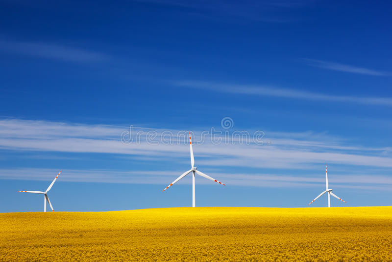 Turbinas eólicas no campo da mola Alternativa, energia limpa fotografia de stock royalty free