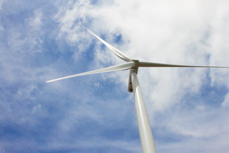 Turbinas eólicas no campo para produzir a eletricidade fotografia de stock