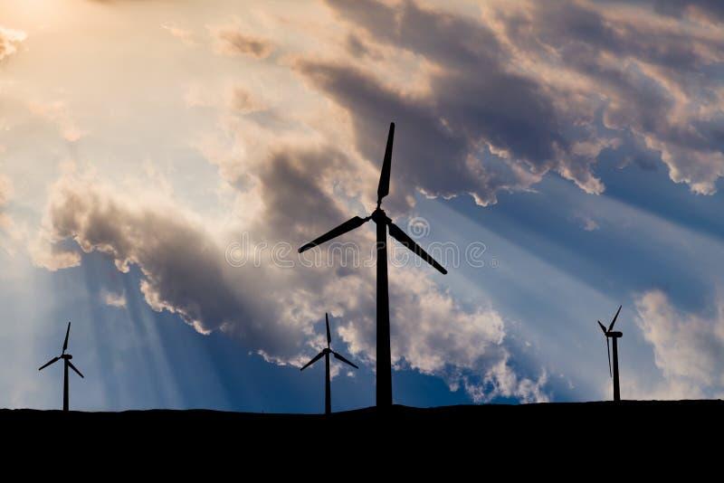 Turbinas eólicas no fundo do céu do por do sol fotografia de stock