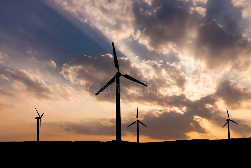 Turbinas eólicas no fundo do céu do por do sol fotos de stock