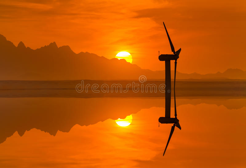 Turbinas eólicas no fundo do céu do por do sol fotos de stock royalty free