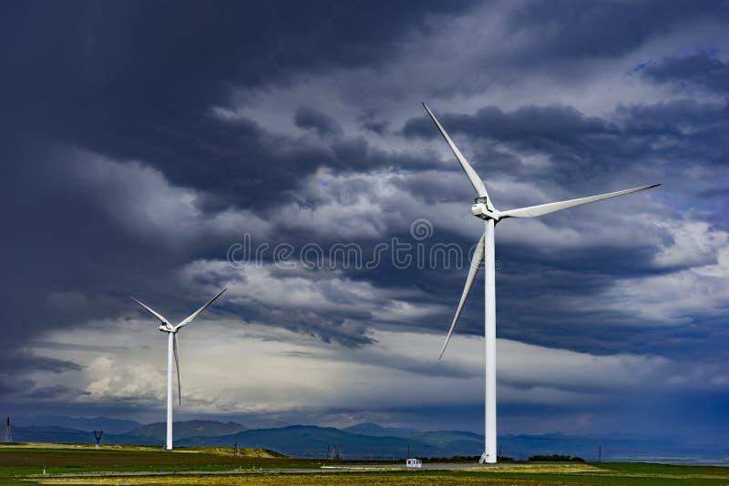 Turbinas eólicas nos vales de Geórgia, maio 2017 imagem de stock royalty free