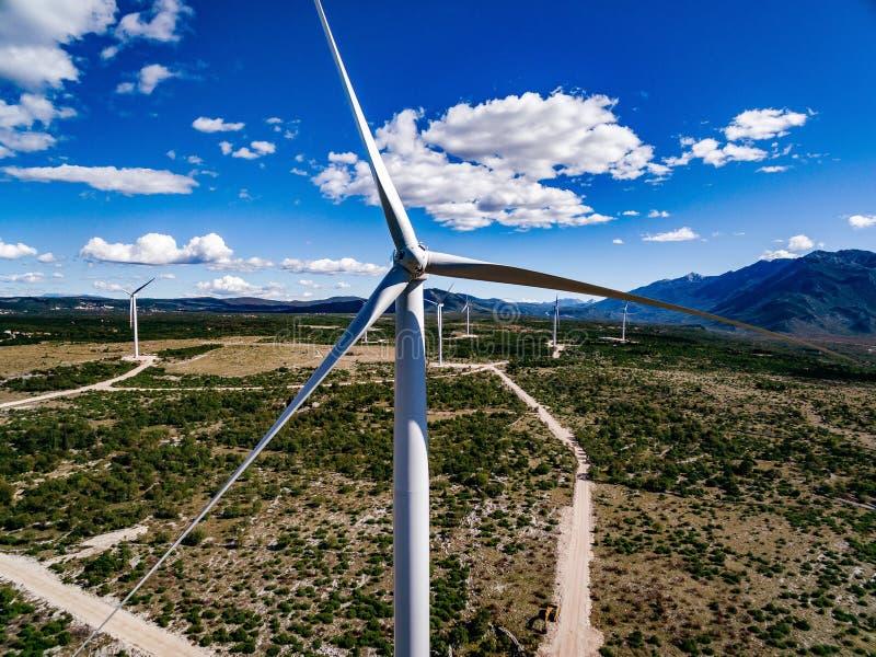 Turbinas eólicas ou moinhos de vento na paisagem do deserto em Grécia fotografia de stock