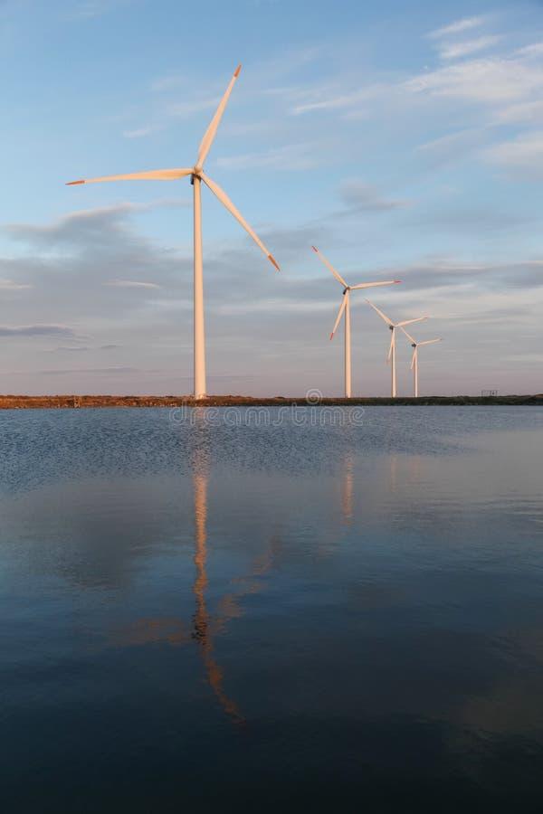 Turbinas eólicas para a produção da energia elétrica fotografia de stock royalty free