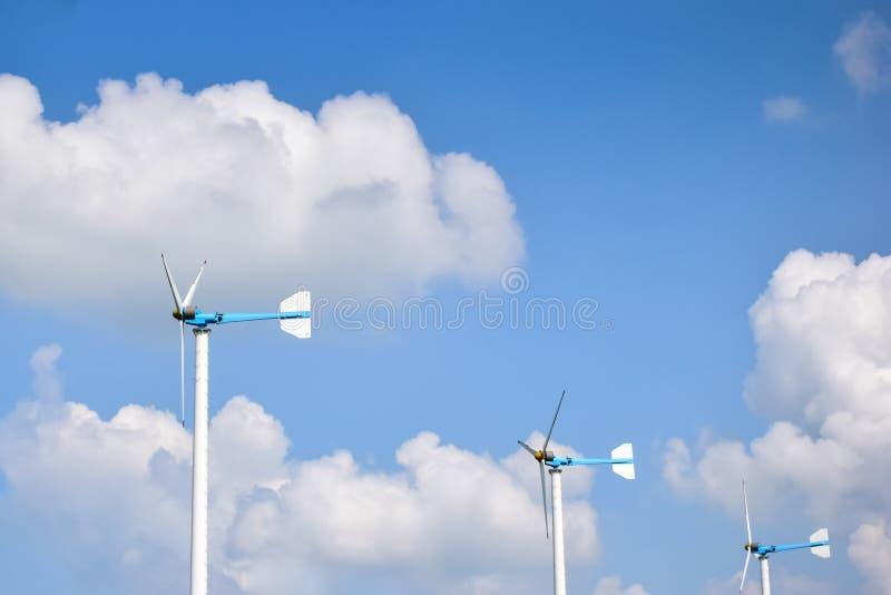 Turbinas eólicas que geram a eletricidade com céu azul imagem de stock royalty free