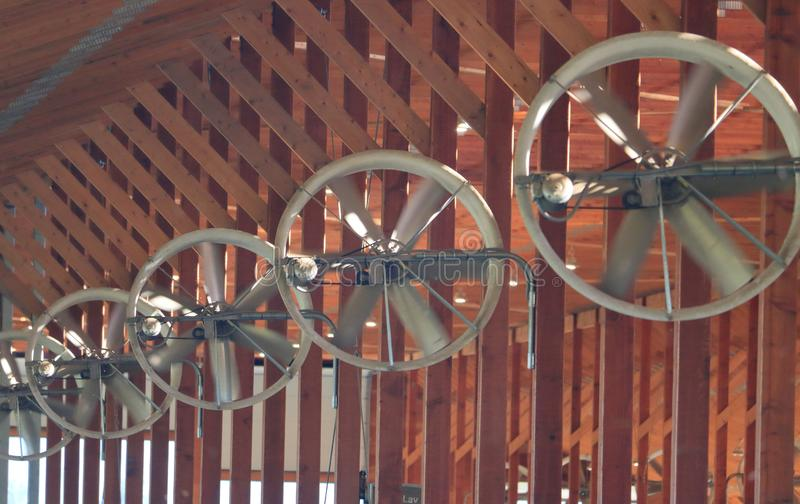 Turbinas ou fãs para ventilar celeiros interiores fotografia de stock