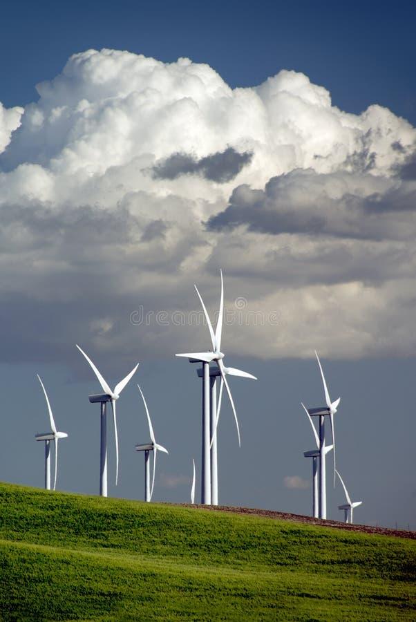 Turbinas y nubes de viento imagen de archivo