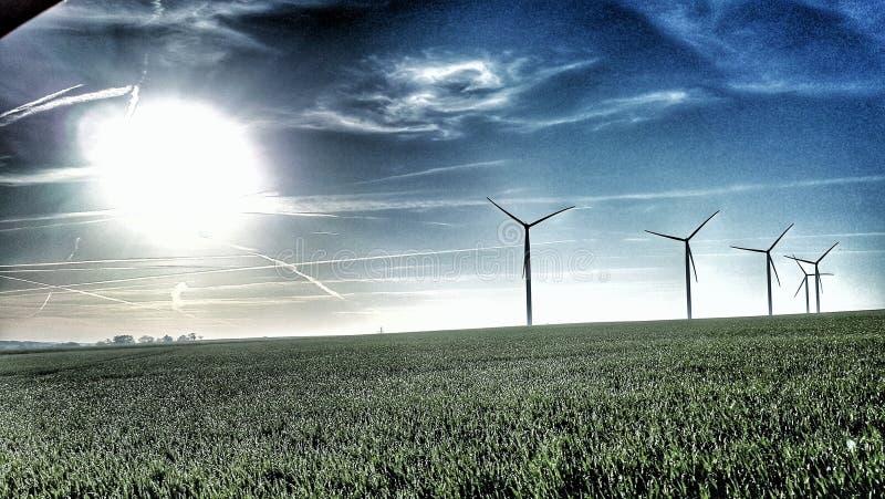 Turbinas y sol de viento imagen de archivo libre de regalías