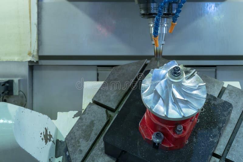 Turbine de moteur à réaction de coupe de centre d'usinage de commande numérique par ordinateur de cinq axes images libres de droits