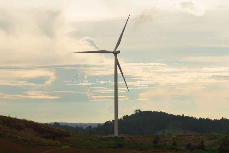 Turbine de vent avec la lumière du coucher du soleil Alternativement désigné sous le nom d'un convertisseur d'énergie éolienne photo libre de droits
