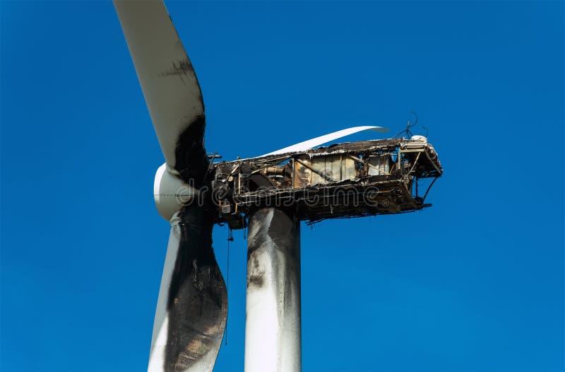 Turbine de vent brûlée images stock