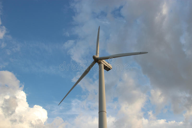Turbine de vent contre le ciel image libre de droits