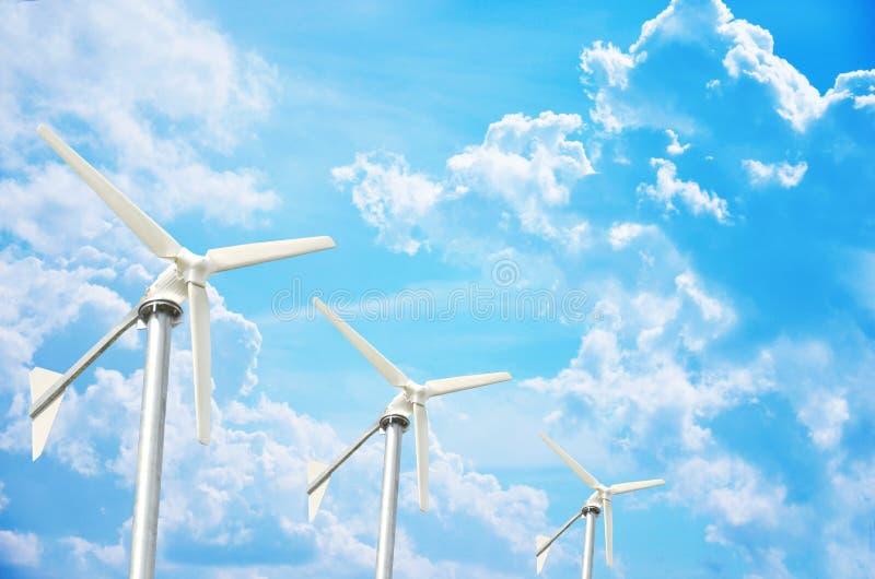 Turbine de vent de trois blancs produisant de l'électricité photos stock