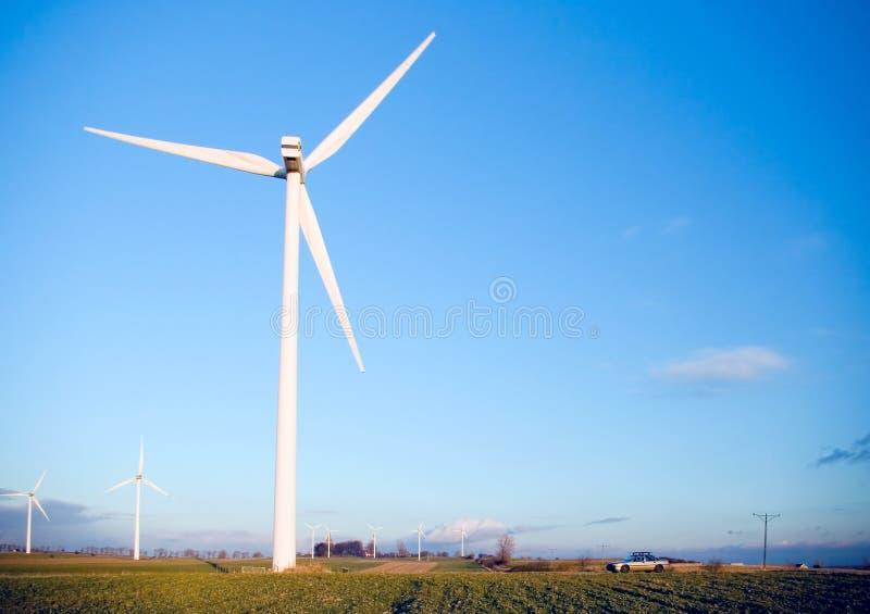 Turbine de vent et un véhicule. photographie stock