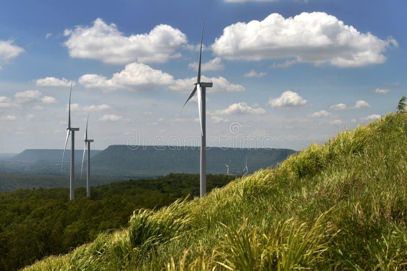 Turbine de vent sur la belle scène de paysage avec la lumière du soleil et nuageux photo stock