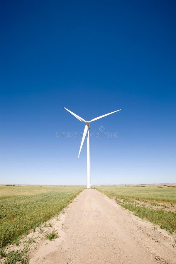 Turbine de vent sur la prairie image stock