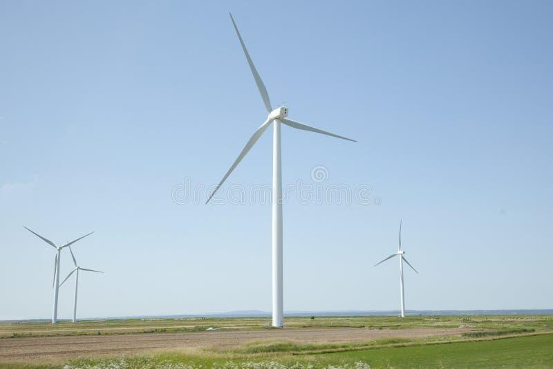 Turbine del mulino a vento della strada principale immagine stock