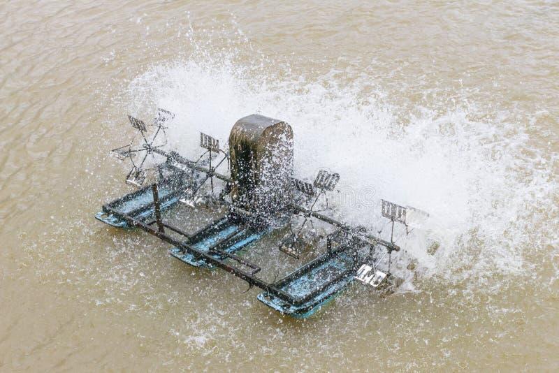 Turbine dell'acqua sugli stagni di pesce fotografia stock