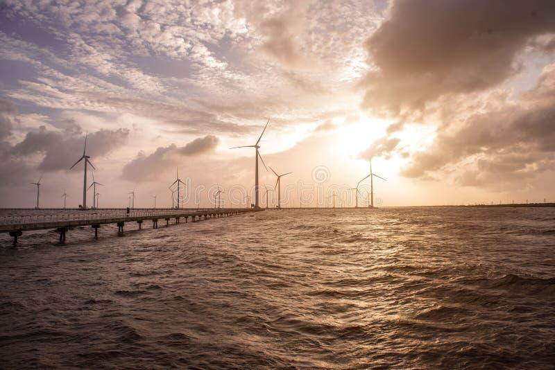 Turbine di vento al tramonto Vento di ecologia contro il backgro del cielo nuvoloso fotografie stock libere da diritti