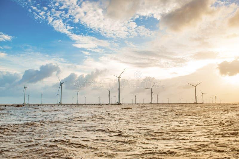 Turbine di vento al tramonto Vento di ecologia contro il backgro del cielo nuvoloso fotografia stock